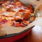 Žiemiškas daržovių apkepas su vyrams itin patinkančiu ingredientu